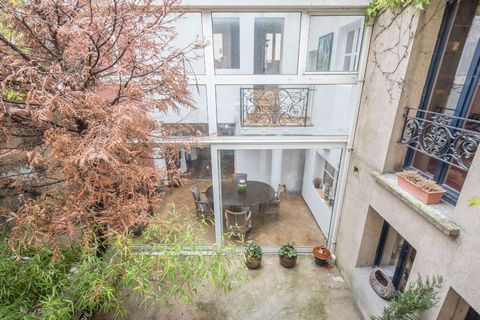Located in the lower town center of Vieux Puteaux, close to all amenities, is this 180 m2 townhouse spread over three main levels with a 16 m2 patio and a 19 m2 roof terrace. After the entrance to the ground floor, it is around the patio that a first...