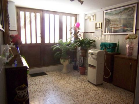 This town house consists of 5 bedrooms (3 doubles, 2 singles), 1 bathroom, 1 toilet, built-up area, kitchen (oak laminate with pantry), laundry room (under cover), dining room (separate living room), terrace (of 25 m2 well oriented), stoneware / terr...