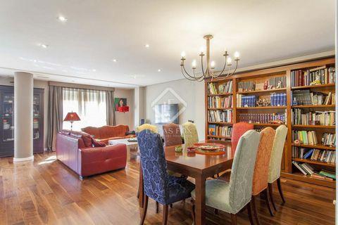 Amplio piso de 225 m² con 5 dormitorios y 2 baños. Se puede acceder a cada uno de los dormitorios por un gran pasillo. El dormitorio principal con baño privado, vestidor y balcón ofrece una sensación de máxima comodidad. A través del pasillo, primero...