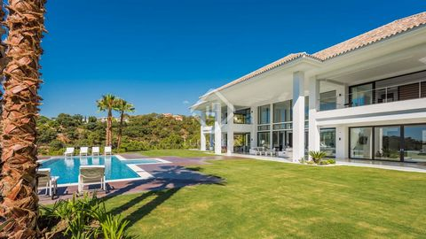 La Zagaleta, 10 minutes from Puerto Banús and Marbella, is the perfect location from which to enjoy life on the Costa del Sol. This contemporary villa combines luxurious bright open living spaces with state-of-the-art installations and finishes to cr...