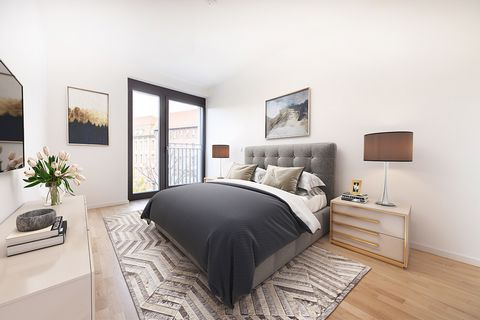 Features: New building, ready to move Perfect location next to the Spree Excellent transport connections (U2 + U8), just 2 stations to Alexanderplatz Two bathrooms High quality fittings Noble oak flooring Underfloor heating Floor-to-ceiling windows D...