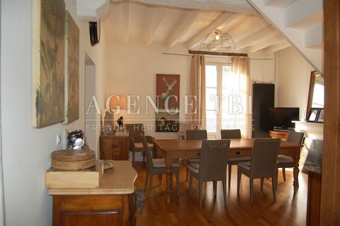 Charming triplex apartment, house style, in the heart of the historic town of Loches. Private or investors. With its old elements and beautiful volumes. On 3 habitable levels. Attic and cellars. & nbsp; The Apartment (145m2 living space) includes: & ...