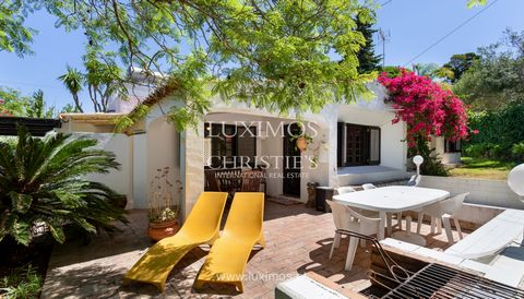 4 bedroom villa , with garden and terrace , for sale , Albufeira , Algarve. House with living room and kitchen in open plan with access to the outdoor area . Property with south orientation , offering plenty of natural light , with garden and tree li...