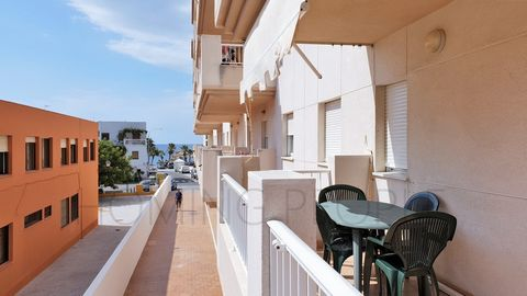 Good-size flat close to the sea promenade; terrace with side sea views Southeast facing flat, located on the first floor next to the primary school. DISTRIBUTION: Entrance hall, kitchen with interior laundry and a patio, living room with exit to terr...