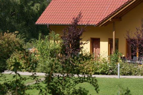 Nieheim liegt im oberen Weserbergland am Ostrand des Naturpark Teutoburger Wald / Eggegebirge. Diese Ferienwohnung befindet sich etwas abseits des Dorfes Nieheim an einem kleinen Hang mit dem Teutoburger Wald im Hintergrund. Trotz der ruhigen Lagen f...