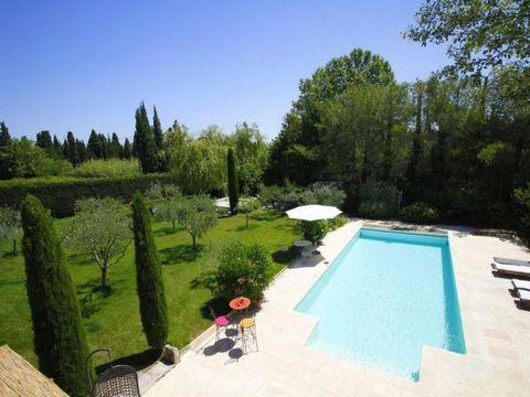 Location villa Provence. Très agréable villa située au coeur des Alpilles, à 1 km du centre de Saint-Rémy, à 10 km des Baux de Provence. Sur un beau jardin planté d'oliviers, cette villa de plain- pied offre un cadre de vie spacieux, agréable et raff...