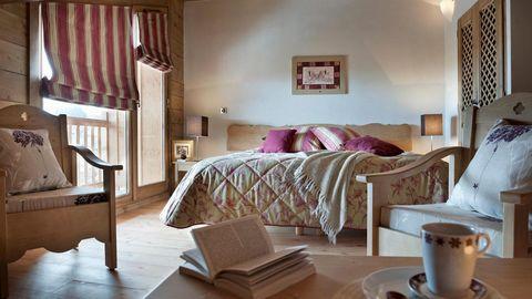 La résidence CGH Les Chalets de Jouvence aux Carroz est idéalement située au pied de la télécabine Kedeuze. Elle est composée de 60 appartements répartis sur 6 chalets typiquement montagnards faits de bois, pierre et tavaillon. Chaque appartement ser...