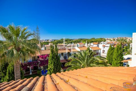 Located in Loulé. 1st floor duplex with private roof terrace, with Pinhal Golf course view, equipped with loungers, table and chairs, ideal to enjoy al fresco meals in sunny days and warm nights. Access to the pools for a relaxing swimming. Air condi...