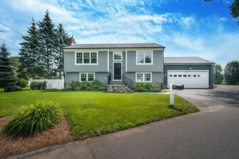 Visit 47Cognewaugh.com for 3-D Virtual Walk through, Map, Floor Plans and Photos. Absolutely immaculately renovated, sun drenched property in lovely Cos Cob neighborhood close to shopping, transportation and schools. Truly the best that Greenwich has...