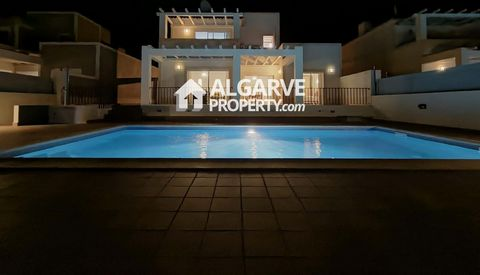 Located in Boliqueime. Four bedroom villa located between Boliqueime and Albufeira in a very quiet area with easy access to the beaches with panoramic views of countryside and sea. Excellent build quality with good finishes. Plot of 388 m2 with 300 m...
