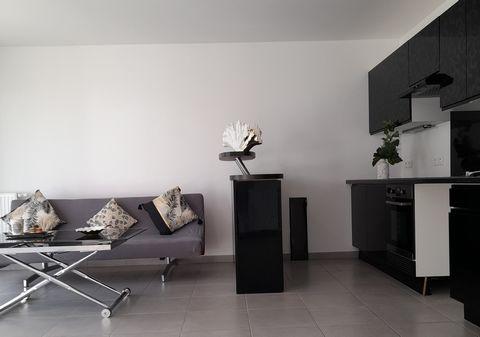 Clairimmo vous propose un appartement T3 lumineux avec vue sur lac et jardin arboré. Il est composé d'une pièce de vie avec cuisine ouverte donnant sur une terrasse de 11 m², de deux belles chambres et d'un parking au sous sol inclus. Résidence sécur...