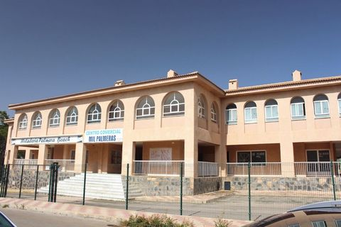 Freehold commercial premises for sale in the up and coming beachside resort of Mil Palmeras. This unit is suitable for any type of business and is well positioned right at the front with sea views within the commercial centre. In need of a little TLC...