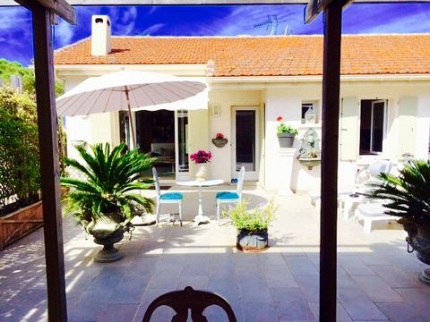 Splendid house on the roof with elevator which leads directly into the living room, 108m2 carrez, 113m2 on the ground and 120m2 of terrace in Cannes Croix des Gardes. Very quiet and completely renovated, this house consists of: A living room - dining...