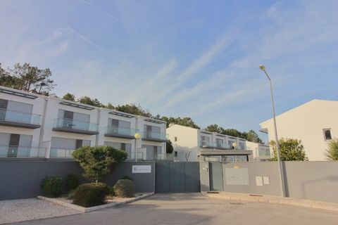 Located in Salir do Porto. Terraced house located in Salir do Porto; with fantastic view to the Bay of s. Martinho do Porto and also to the country; in gated community, with heated water pool and garden; Equipped with: electric blinds, automatic gate...