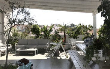 Excellent flat with huge verandas for sale in a private neighbourhood. There are plans for the flat tom be converted into a 3 bedroom flat.