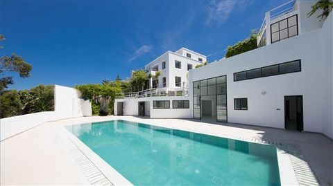 Magnificent modern villa of 1076 sq.m and a garden of 1016 sq.m, with a breathtaking view of the sea and the city. It consists of a main house spread over 3 levels: - 306 sq.m ground floor consisting of a large space divided into 3 living rooms and i...