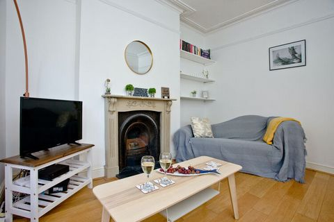 Chic 2-bedroom apartment with pristine white interiors invites a group of 6 friends/students or 3 couples looking to spend a peaceful vacation far from the madding city crowd. It is only 1 km from the town center, Plymouth Hoe Sea, Plymouth Argyle Ho...