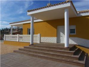 A lovely 3 bedroomed villa in La Solana close to the town of Cocentaina, this property comprises of 2 bathrooms a lounge /diner with a feature fireplace and a kitchen in Italian design. All bedrooms have wardrobes. to the outside through the covered ...