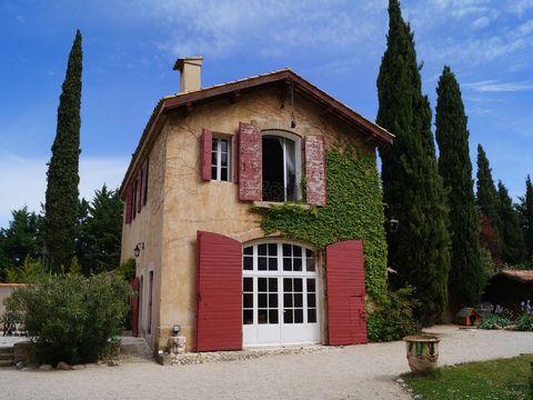 Location vacances maison de charme avec piscine à Aix en Provence. Très belle bergerie rénovée située dans une propriété comprenant une autre maison occupée partiellement, sur un parc de 1 hectare avec piscine de 16x5 m. De par son emplacement à prox...