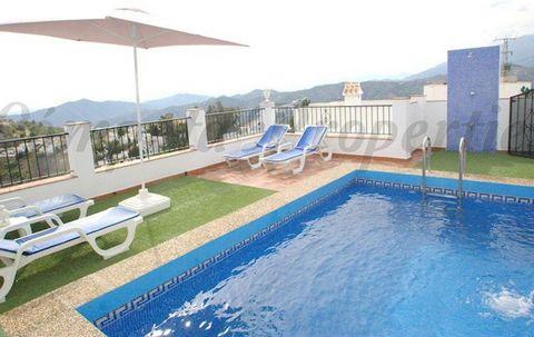 Acogedora villa de vacaciones con piscina privada en España. Esta villa está ubicada a tan sólo 2 kilometros del pueblo de Cómpeta y tiene fácil acceso en su mayor parte asfaltado. Desde la terraza se puede disfrutar de unas maravillosas vistas a los...