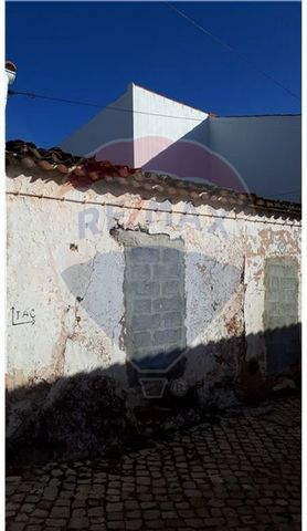 Description Semi-detached house to recover in the center of the locality of Benafim. This villa needs to be completely remodeled. If you want to build a villa for a low price, then you've found the right place here. will have as option the constructi...