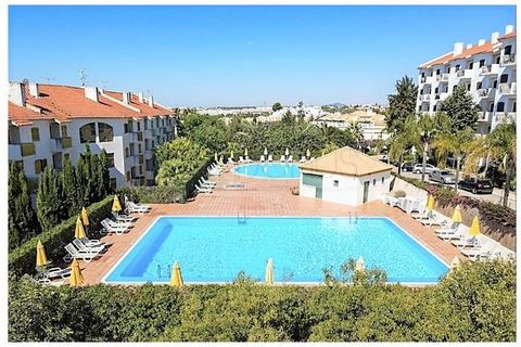 The property consists of two bedrooms, a bathroom, living room and equipped kitchenette, air conditioning and a balcony with access to the garden. Integrated in a tourist complex with swimming pools, free parking, tennis court, green spaces, restaura...