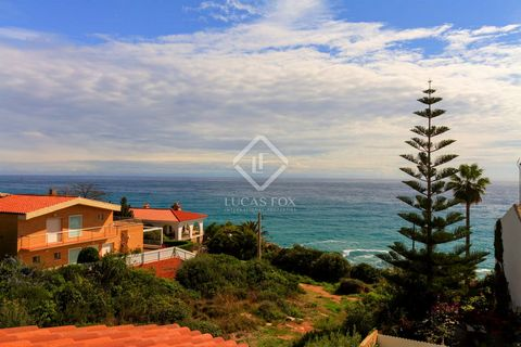 The house is located in a development consisting of 5 houses that share a communal area with a pool. This house enjoys wonderful views of the sea and the Torredembarra lighthouse from all levels, being a few minutes from Cala Canyadell. On the ground...