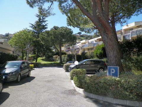 Appartement 2 pièces de 50m² environ comprenant : entrée, séjour avec cuisine américaine équipée, chambre avec placard, salle de bains, wc, parking en