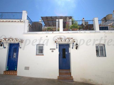 Maravillosa casa de pueblo para alquilar en Cómpeta, España. Esta casa cuenta con espaciosas terrazas donde relajarse y disfrutar de las maravillosas vistas al pueblo, las montañas y el mar Mediterráneo al fondo. Esta propiedad con la distribución de...