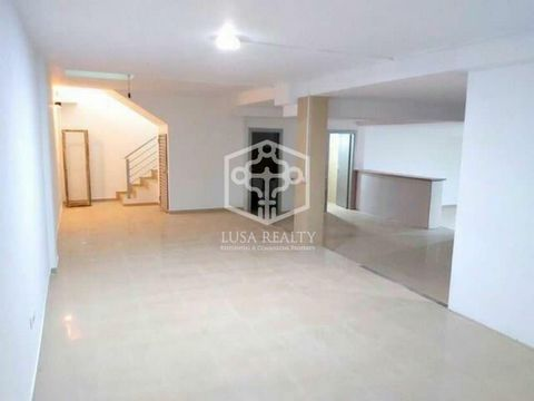 Commercial premises for sale in Adeje. Surface: 225 m2. Local in avenida de Ayyo, Bajo, Puerta sole. 2 floors, upper area: 45 m2, lower area: 185 m2 extraction system. Air conditioner. 2 services. Option of external terrace for tables. Service ...