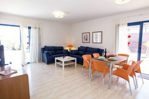 This Mediterranean villa in Playa Blanca has 2 bedrooms, which is ideal for couples and families. This accommodation can host 4 guests, and it also has a private swimming pool with sun loungers to unwind. The long sandy beach (0.5 km) of Playa Blanca...