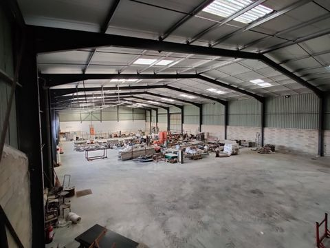 Warehouse built in 2003, with 2000 m² of building on 6000 m² of land. The 1600 m² warehouse has 5 sectional doors, 1 sliding door, three-phase and single-phase, a 1.5m pit, as well as a 300 m² mezzanine that can support up to 500 kilos. The warehouse...
