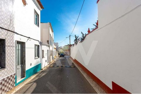 Housein the historic center of Tavira, close to all services and amenities. The Bishop's Square, with all its restaurants, cafes, and services, is just 300 meters away. The Roman Bridge,remarkable landmark of our city, is less than 5 minutes away o...