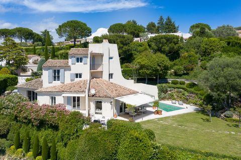 In the heart of a sought-after domain, quiet and private with panoramic views. A bright renovated villa of approx. 220 m2. Consisting of a large reception area with fireplace, dining room, fitted kitchen, master suite with dressing room and bathroom ...