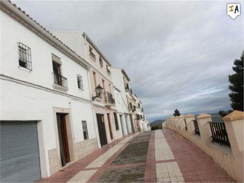 Esta ganga de 187 m2, con 5 habitaciones dobles y 2 baños, está ubicada en una posición elevada en la pintoresca ciudad de Luque, en la región de Córdoba, en Andalucía, y ofrece vistas panorámicas de la ciudad y el maravilloso campo desde las habitac...