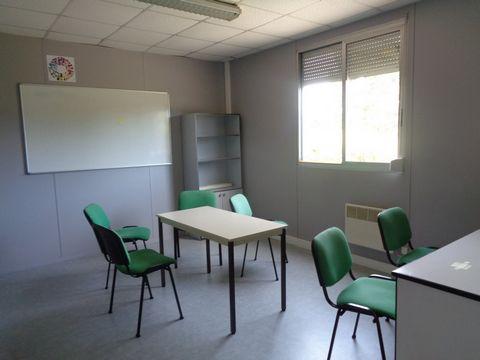 Axe Evreux Gravigny, Zone mixte: Beau local d'activité édifié en 2000. Plain-pied comprenant 8 bureaux, 2 salles de réunion béneficiant de 2 entrées i