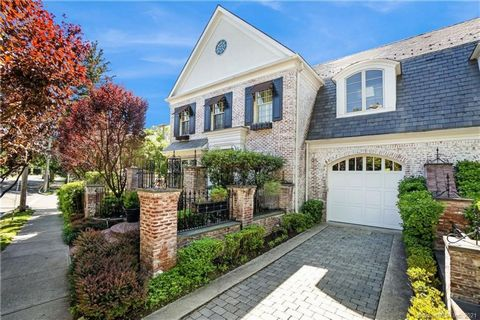 Iconic Georgian white washed brick town house on Milbank Avenue. Much admired for its superb curb appeal and access to all downtown restaurants and amenities. Light filled rooms with great scale and ceiling height. Enter through the oversized front d...