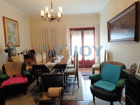 Apartment T2 + 1 for sale in Fontainhas. Apartment in good condition 3rd Floor Without Elevator, located in Rua de São Cristóvão Composed of Hall, living room (20m2) with balcony, 1 bedroom (12.66m2) with balcony, another without balcony (10m2), kitc...
