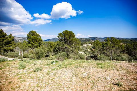 Plot in Son Font, exclusive community of luxury villas in the mountains with spectacular views over the forests. 268m2 maximum for housing construction. 10 min from Calviá, 20 min from Portal Nous, 35 min from Palma. MallorcaSite, your real estate ag...