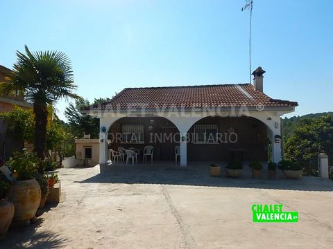 Villa in the Los Felipes urbanization, just 19 minutes by car from the city of Valencia, surrounded by villas and green areas, on a paved road and easy access from the Godelleta to Miralcampo road. The villa has a 1600m2 plot of land, with a 38-meter...