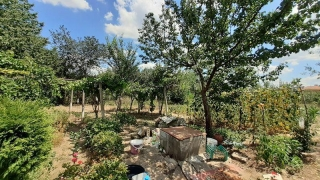 The property consists of a single-storey house offering accommodation of about 75 sq.m. and a largeplot of land spreading over 2000 sq.m. The house comprises 4 rooms, a basement and a bathroom with toilet that need finishing. The property is supplied...