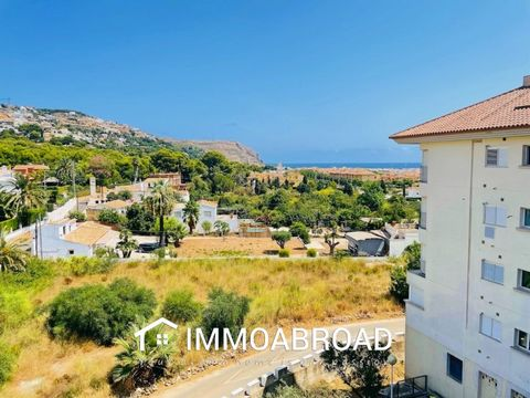 Apartment for sale in Javea near the old town and all amenities. The apartment is distributed all on one floor and has 3 bedrooms, 2 bathrooms (1 en suite), kitchen with pantry and large living room with access to the terrace overlooking the sea. It ...