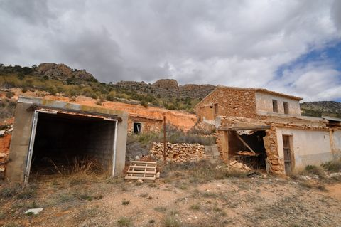 Country house to reform located in an area full of nature, next to the mountain with stunning views! The plot has around 50 almond and olive trees. Right now the house does not have any room but 3 could be made even some extra since an annex could be...