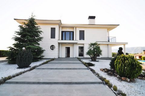 This is a superb villa built to a very high standard situated on a large plot in Penarrubia near Villena. This very private villa comprises of 4 bedrooms and 2 bathrooms, a very large lounge diner and luxury fitted kitchen. Upstairs there is a galler...