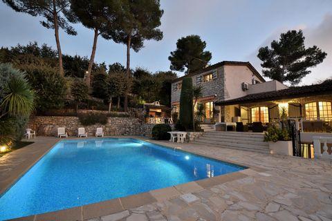 CONTACT : Email : batipro491@orange.fr. Exceptionnelle Propriété à 15 min de Cannes (06400), dans une très belle région de France en Provence-Alpes-Côte d'Azur, située à Vallauris (06220), sur 3000 m2 de terrain, au calme, bordée par la nature. Grand...