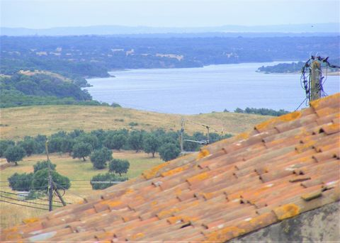 House with 2 independent fractions, 160 m2 land, terrace and patioHouse in the cent of Torrão, overlooking the dam from the terrace, consisting of 2 fractions with possibility of independent use. Each fraction has two rooms, with a patio between the ...