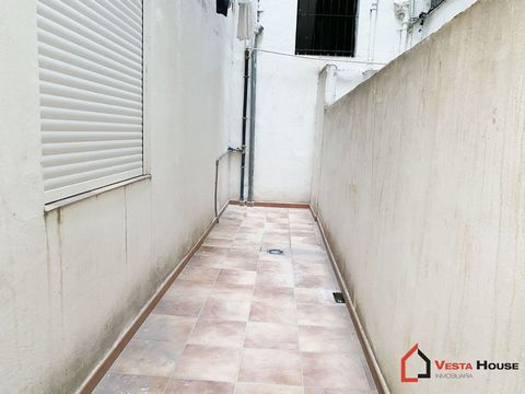 Commercial premises at street level, on a street with road traffic and walk throughout the day, so your business has the viilibity it deserves. It has 110 square meters, on a diaphanous floor, perfect for a business with attention to the public. Acad...