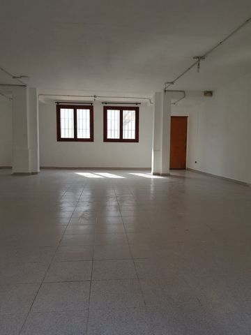 This large commercial premises is located in calle de paso de Sa Pobla, it has an area of 130 meters, of which 100 are on the ground floor, 36 m2 of terrace, a bathroom, original property, and a loft on the ground floor floor of about 30 meters north...