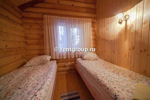 Лот №p6097185. Коттедж №17,18,19 (4 чел).Уютный деревянный коттедж на 4 человека, расположенный в лесной зоне, подойдет для комфортного проживания семьи с детьми. В коттедже расположены гостиная с обеденным столом, кухонная зона, две спальни, сан. уз...