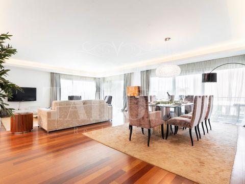 Localizado numa quinta de origem setecentista e património classificado, no Prior Velho, à entrada norte de Lisboa, surge o novo condomínio privado Garden Residence. Apartamento T4 - 288,40 m2 Sala: 59,80m2 Suite com closet: 23,45m2 W.C. Suite: 4,55m...